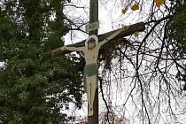 Misijní kříž před kostelem v Býchorech se dočkal rekonstrukce.