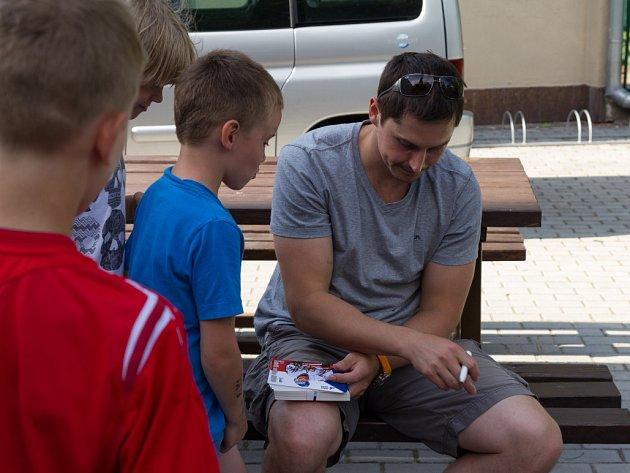Tomáš Mojžíš s malými kolínskými hokejisty.