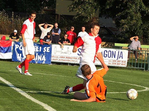Z divizního fotbalového derby Velim - FK Kolín (3:2).