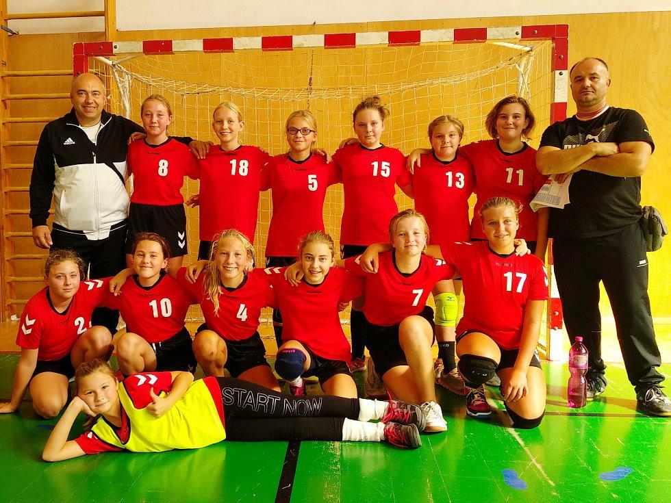 Tým kolínských mladších žákyň sehrál svůj první mistrovský turnaj v Turnově.