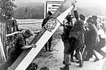 Odstraňování hraničního sloupu mezi Československou republikou a Německem v době Mnichovské dohody.