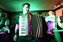 Z koncertu v baru Pod Hodinami v rámci Majálesu v Kolíně.