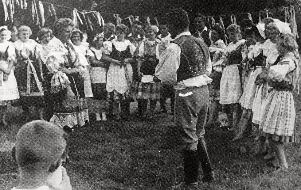 K dožínkovým oslavám patřila i veselá hudba a lidový tanec.