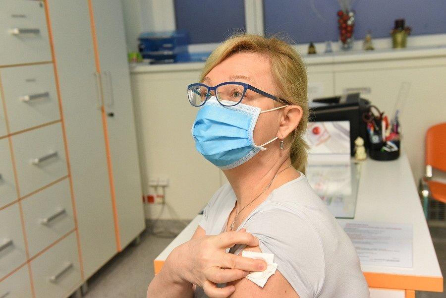 První očkovací dávku dostali lékaři zcovidových oddělení kolínské nemocnice.