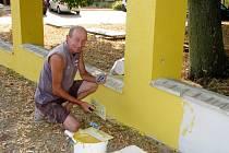 """V základní škole Cerhenice se pilně pracovalo. """"Udělali jsme např. stavební úpravy, aby učitelé měli své kabinety, opravili jsme podlahu v tělocvičně, plot kolem budovy jsme opravili a nahodili, aby korespondoval s fasádou,"""" řekl starosta Marek Semerád"""