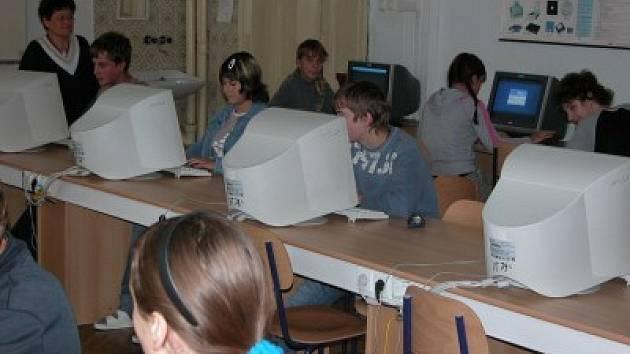 Žáci deváté třídy Základní školy v Zásmukách by chtěli, aby ze světa kromě školní docházky zmizely drogy a násilí.