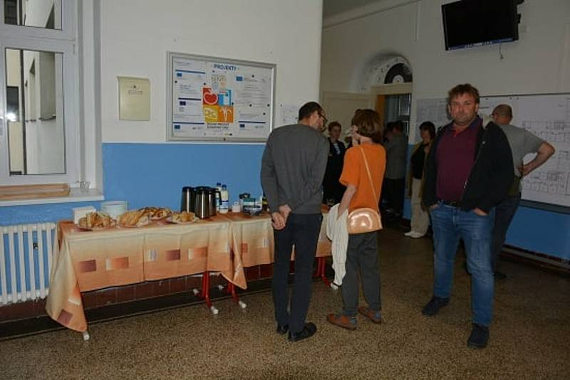 Z veřejné diskuze o plánované přístavbě Základní školy Žitomířská v Českém Brodě.