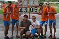 Vítězná štafeta (zleva Štěpán Hampl, Dominik Holub, Marek Řehák a Stanislav Jíra) s trenéry Martinem Radikovským a Antonínem Morávkem.
