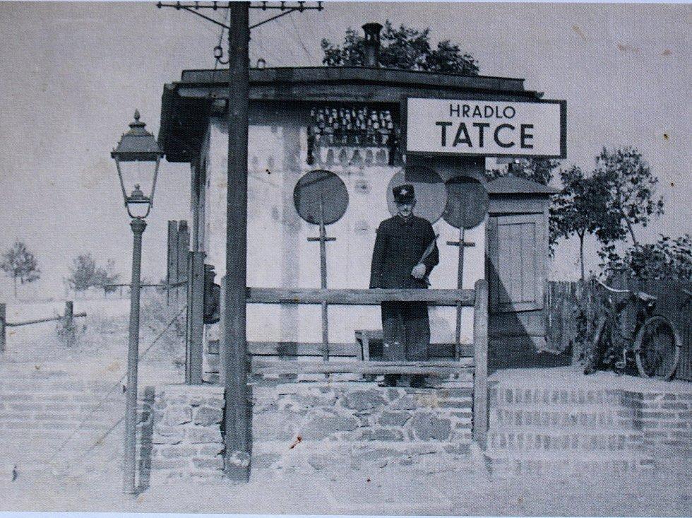 Vlaková zastávka v Tatcích byla vybudována kvůli milčickému cukrovaru. Fotografie je přibližně z roku 1895.
