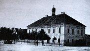Místní rychta z díla B. Bernau z roku 1896. Podle dochovaných zpráv vedla z kamenné rychty podzemní chodba ke kostelu Zvěstování Panny Marie i k Mírkovské tvrzi.