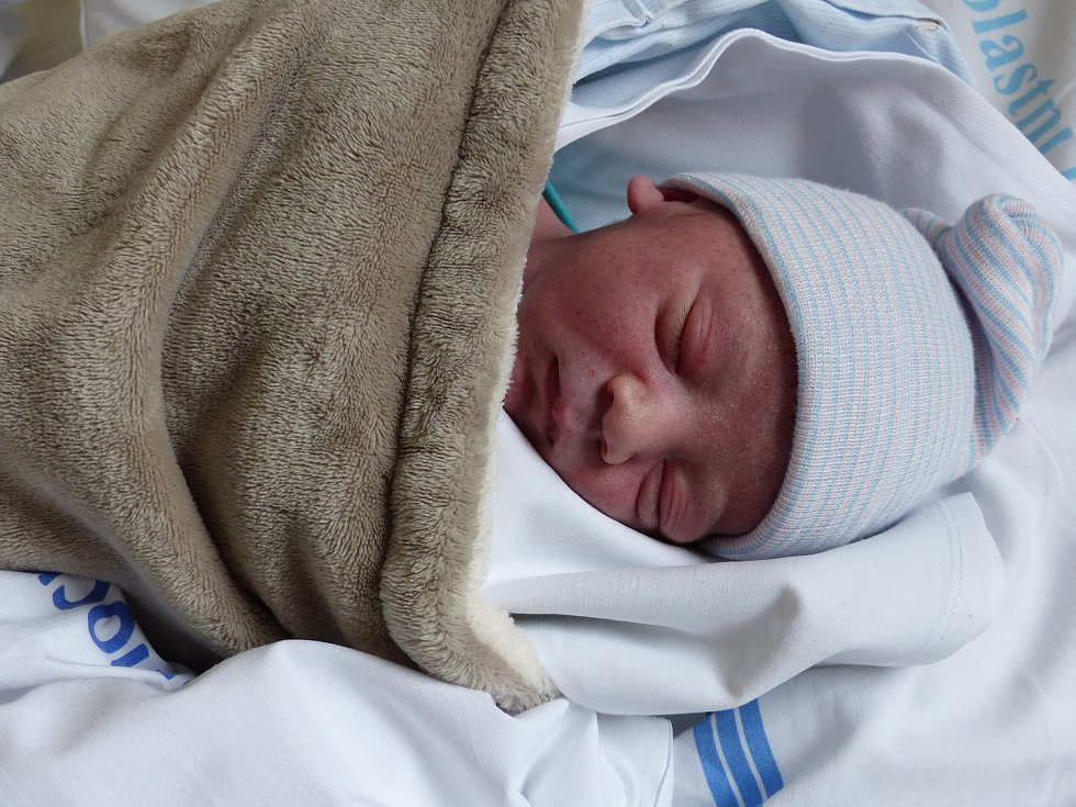Antonín Dostálek se narodil 16. listopadu 2020 v kolínské porodnici, vážil 3330 g a měřil 48 cm. Do Starého Kolína si ho odvezl bráška Albert (6) a rodiče Elisabeth a Adam.
