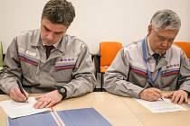 Prezident TPCA Koreatsu Aoki (vpravo) a výkonný viceprezident Eric Brochard potvrzují dohodu v kolektivním vyjednávání.