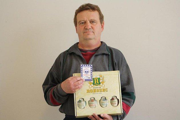 Vítěznou Hanu Levovou zastoupil manžel Zdeněk a od naší redakce převzal karton piv, který do soutěže věnoval pivovar Rohozec a také permanentku na utkání kolínských hokejistů.