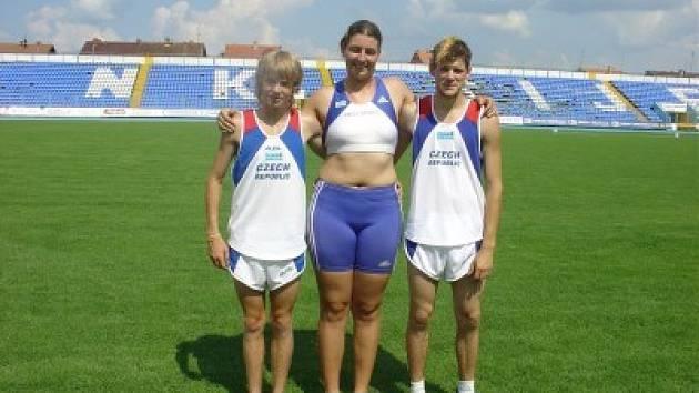 Kolínští atleti v reprezentačním dresu: Zdeněk Hejduk (zleva), Kateřina Šafránková a Ondřej Hanuš.