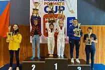 Nejmladší závodnice Taehanu převzali poháry pro vítěze v soutěži týmů.