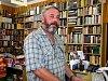 Před pěti lety opustil Petr Král suché knihkupectví a odjel pomáhat zaplavené Praze.