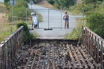 Uzavírka mostu přes řeku Cidlinu u obce Pamětník.