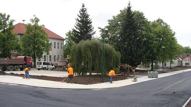 Z průběhu prací na rekonstrukci náměstíčka ve Velimi