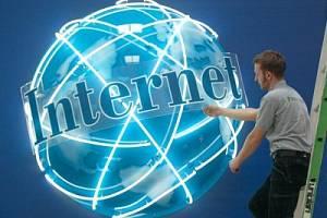 Nápad stojí peníze. Úspěchy reklamy na internetu to jen znovu dokazují.