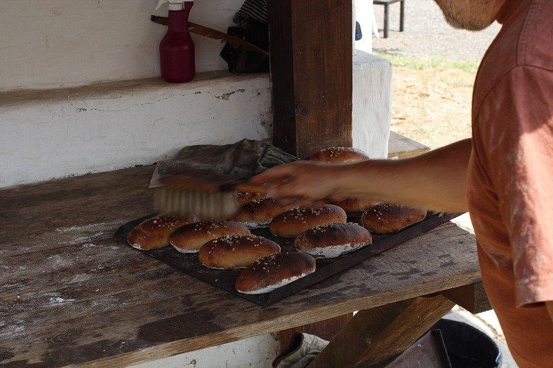Pečení chleba ve Štolmíři.