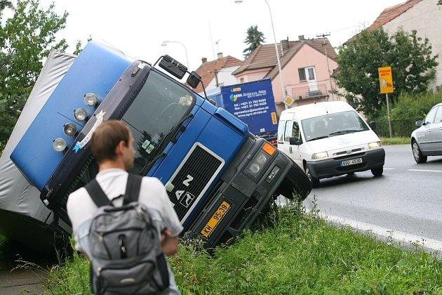 Kamion s nákladem piva spadl do příkopu