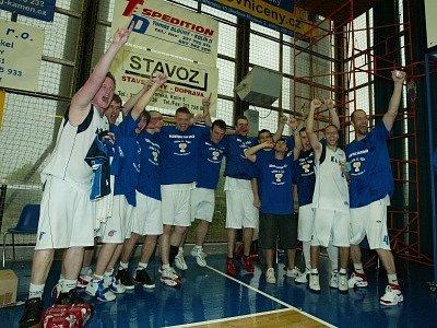 """Basketbalisté Kolína si po vítězném zápase navlékli trička s nápisem """"Mistr druhé ligy""""."""