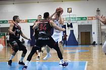Z utkání BC Kolín - Nymburk (75:106).