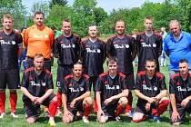 PŘIŠEL, SESTOUPIL A ODEŠEL. Jaroslav Dolejš (vlevo dole) dostál své pověsti fotbalového dobrodruha a po sezoně se s mužstvem Břežany II (na snímku) rozloučil.