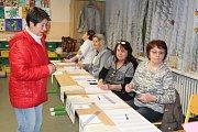 Hojnou účast voličů potvrdili hned od začátku voleb členové volební komise v okrsku č. 1 v Kolíně. Lidé před volební místností čekali ještě před jejím otevřením.