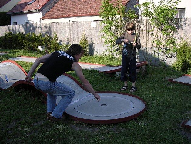 Dráčata soutěžila v minigolfu.