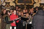 Zkouška českobrodského sboru Vox Bohemica těsně před koncertem v kostele Nanebevzetí Panny Marie ve Lstiboři