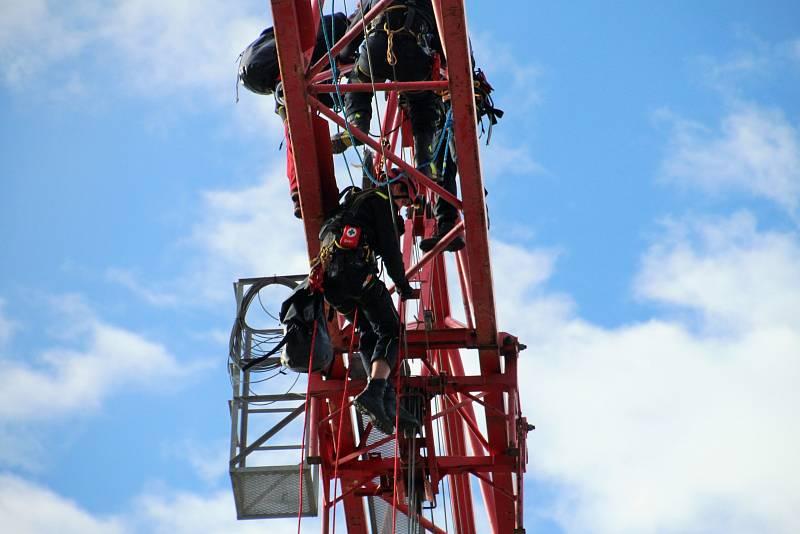 Z výcviku kolínských hasičů - lezců na věžovém jeřábu v Mukařově.