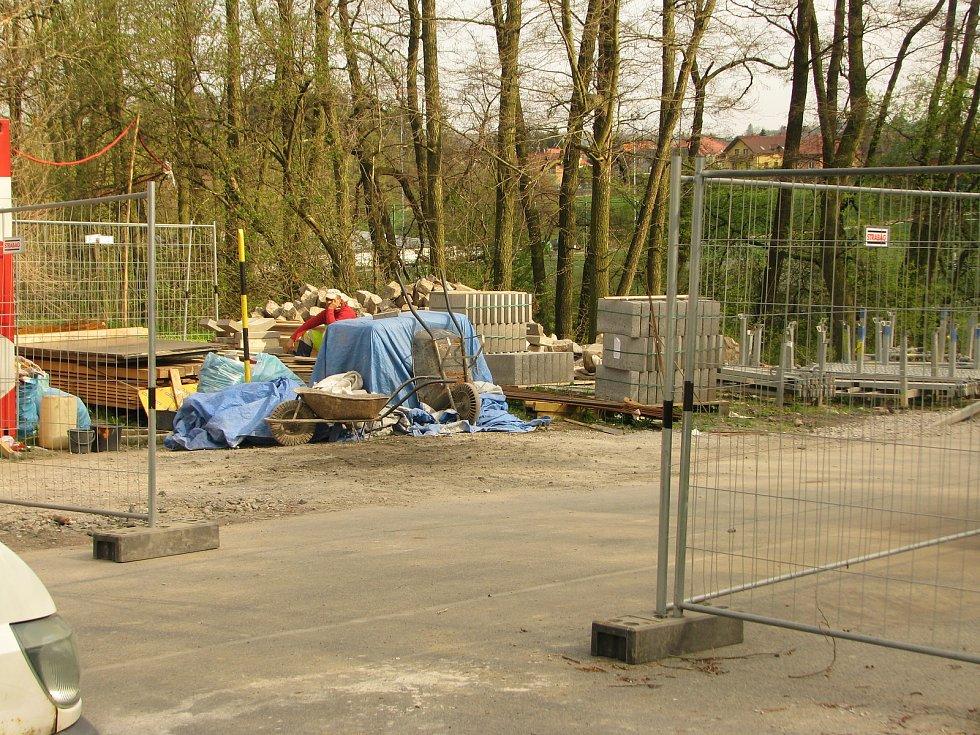 Oprava mostku u Červených Peček finišuje, ještě do neděle budou muset řidiči jezdit po objížďce přes Dobešovice.