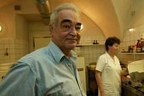 Vladimír Hollas (66 let) po maturitní zkoušce absolvoval potravinářský kurz a zkoušky na vedoucího prodejny. V oblasti potravinářství pracoval až do doby zahájení své podnikatelské činnosti. Je provozovatelem lahůdkářství s občerstvením.