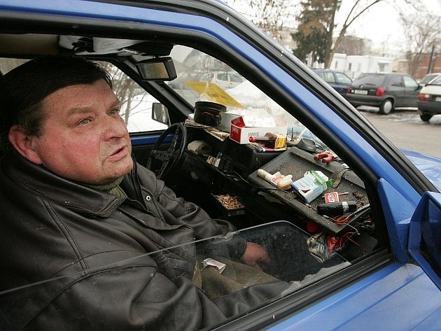 Tříčlenná rodina musí bydlet v automobilu na parkovišti