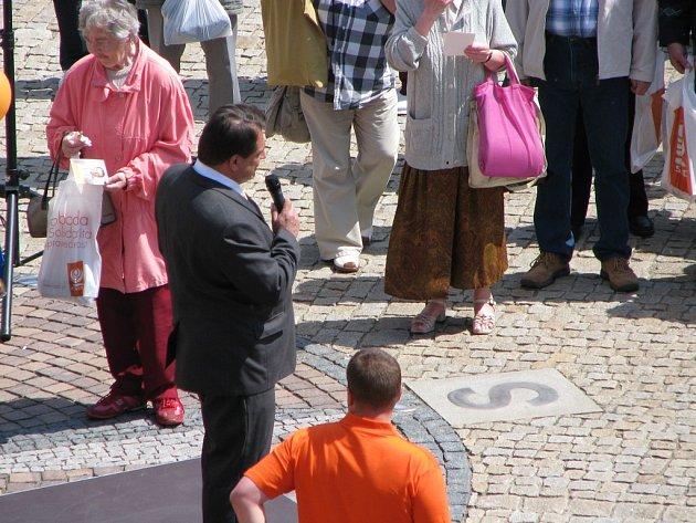 Jiří Paroubek při mítinku na Karlově náměstí v Kolíně. Zanedlouho dostal zásah vajíčkem.