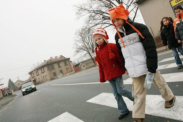 Děti denně přecházejí frekventovanou silnici