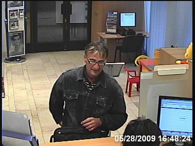 Poznáte muže, který chtěl vyloupit GE Money Bank v Kolíně ve čtvrtek 28.5. v  16:45 hodin?