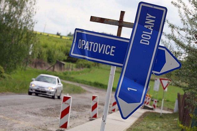V Červených Pečkách opravují silnice, řidiči musí po objížďce