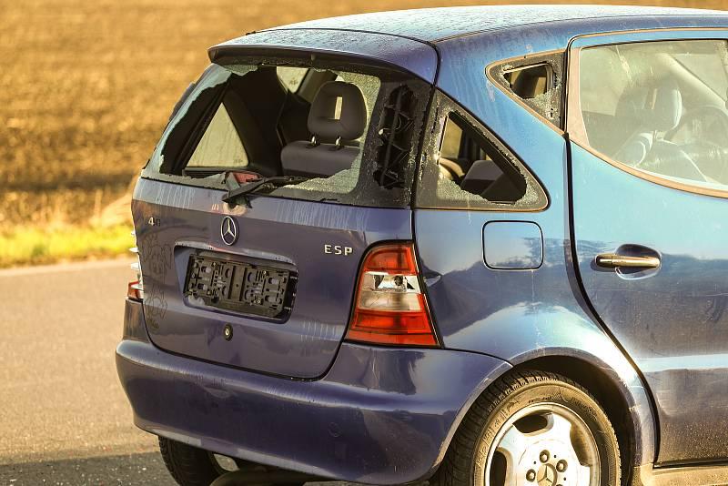 Vrak osobního automobilu značky Mercedes u silnice I/12 v místě odbočky na Cerhenice.