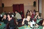 První Kolínský saloon se v pátek večer otevřel v  sále místní restaurace U Černého koně .