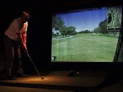 V klubu FairWay si můžete zahrát na golfovém trenažeru na 33 autentických hřištích z celého světa.