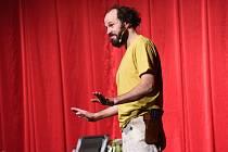 Z představení Caveman ve velkém sále Městského společenského domu v Kolíně.