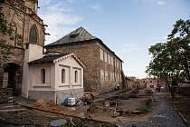 Práce na revitalizaci okolí chrámu sv. Bartoloměje v Kolíně.