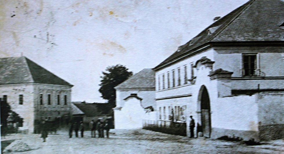 Snímek zachycuje budovu dědičné pošty z roku 1908 v Plaňanech.