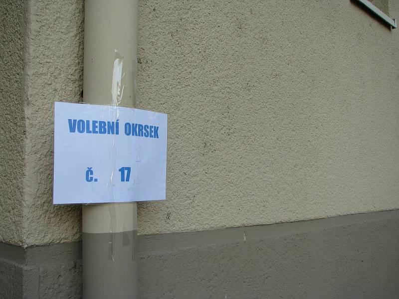 V Benešově ulici v Kolíně se volí v klubu seniorů.