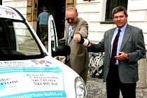 Šampaňským pokřtili nové vozidlo starosta Jiří Buřič a místostarosta Pavel Hoffmann.