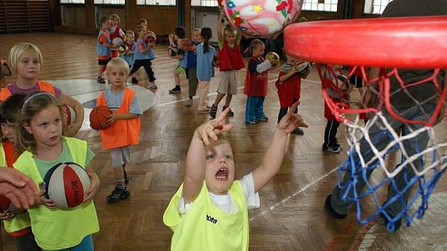 Dětem atmosféra na trénincích vyhovuje. Hodně se soutěží a to je baví.