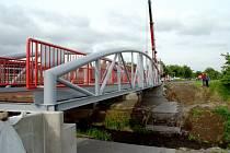 Instalace mostní konstrukce na cyklostezku Pečky - Ratenice