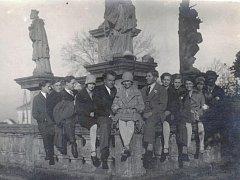 Zásmucká mládež u Mariánského sousoší v roce 1938.